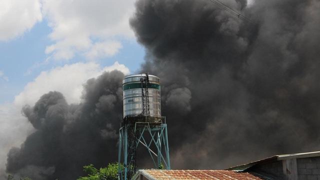 Gần 100 chiến sĩ nỗ lực dập tắt đám cháy tại công ty gỗ ở Bình Dương 
