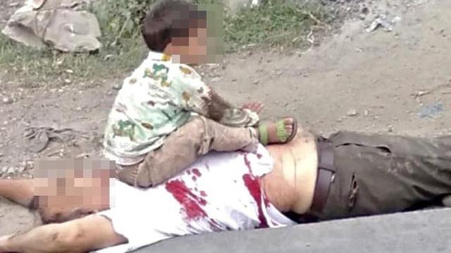 Dư luận dậy sóng vì bức ảnh bé 3 tuổi ngồi trên thi thể ông ở Kashmir