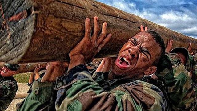 3 nguyên tắc 'thay đổi bản thân, xoay chuyển cuộc sống' của các đặc vụ SEAL: Bạn phải học cách thoải mái khi khó khăn nhất, đừng từ chối bất kỳ cơ hội nào để đứng lên