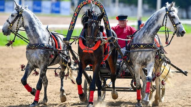 """Cảm hứng bất tận của Moscow, chỉ """"ngựa sắt'' mới sánh kịp: Cỗ xe """"tam hùng mã"""" vô địch tốc độ"""