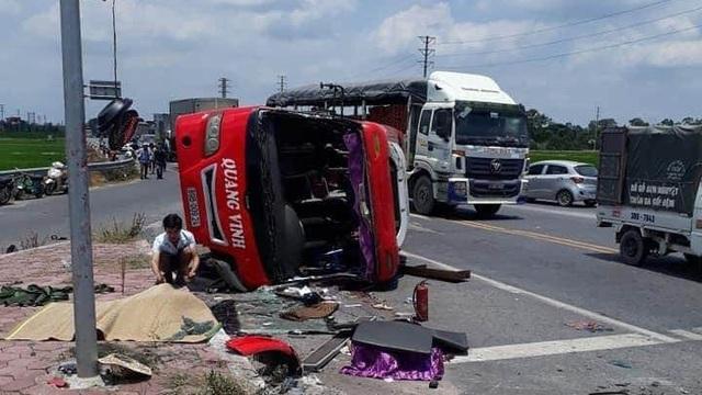 Hưng Yên: Container tông xe khách lật ngửa, 2 người tử vong