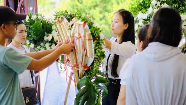 Huyền Trang Sao Mai thăm viếng nghĩa trang Đồng Lộc