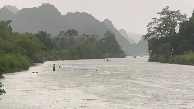 Hà Nội: Lật đò chở du khách tại chùa Hương trong cơn mưa dông