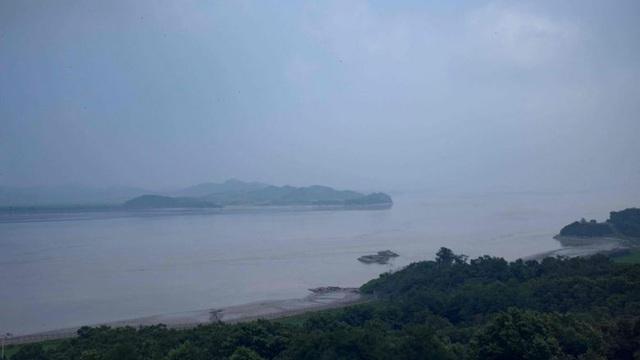Hành trình đào tẩu ngoạn mục của ca nghi nhiễm COVID-19: Vượt mương dây thép gai, bơi hàng km về Triều Tiên