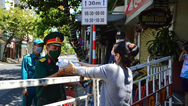 Bên trong 3 bệnh viện lớn của Đà Nẵng: Cơm 'VIP' vào nơi phong tỏa