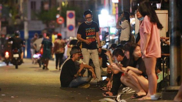 [Ảnh] Quán bar ở Bùi Viện đồng loạt đóng cửa, nhiều bạn trẻ ra đường đứng lúc 0 giờ