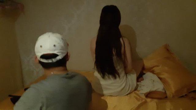 """3 cô gái trẻ đang """"tắm tiên"""" cùng khách thì bị phát hiện"""