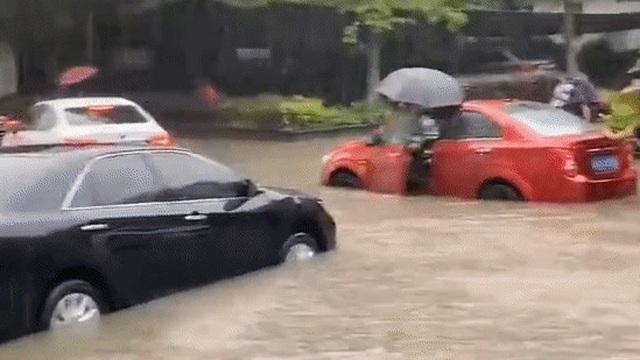 Mưa lớn lan rộng nhiều nơi ở Trung Quốc: Vũ Hán, Thượng Hải ngập trong biển nước khi kỳ thi Đại học khốc liệt nhất thế giới cận kề