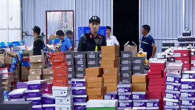Bên trong kho hàng lậu rộng 10.000m2: Hàng trăm nghìn mặt hàng giày dép, đồng hồ, túi xách nghi giả mạo Nike, Adidas, LV, Chanel, Gucci với doanh thu 10 tỷ đồng/tháng