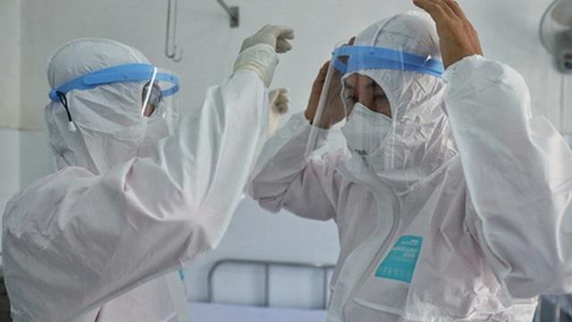 8 nhân viên y tế nhiễm COVID-19; 1 người diễn tiến nặng, tình huống xấu có thể phải lọc máu, chạy ECMO