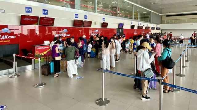 Xử phạt hành khách chửi bới, nhổ nước bọt vào nhân viên hàng không vì ra muộn, không được bay tại sân bay Nội Bài