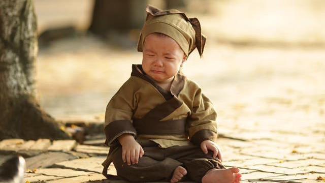 """Ngồi khóc vì chữ viết mãi không đẹp, chú tiểu bị sư thầy """"bắt bệnh"""", đồng thời nói trúng khuyết điểm của nhiều người"""