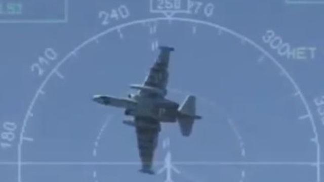 Cường kích Su-25 chao lượn ấn tượng, phóng mồi nhiệt và bay ngửa