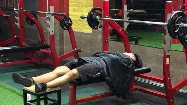 Bức ảnh chồng ngủ trong phòng tập gym bị vợ phát hiện và sự thật do nam chính tiết lộ