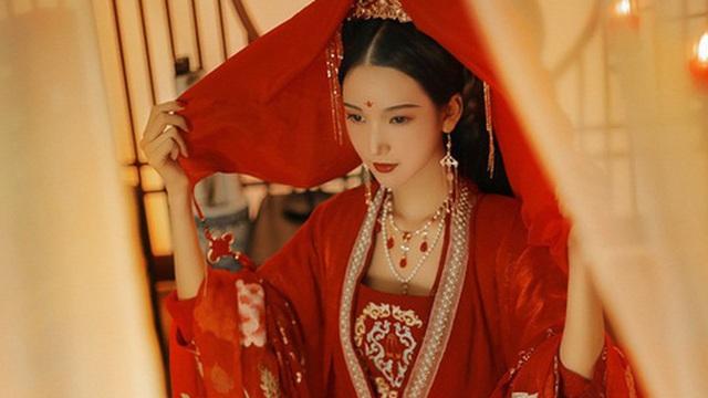 """Người Trung Hoa cổ đại rất xem trọng trinh tiết, nếu tân nương chưa kết hôn không còn trong trắng sẽ phải trải qua thời gian """"sống không bằng chết"""""""