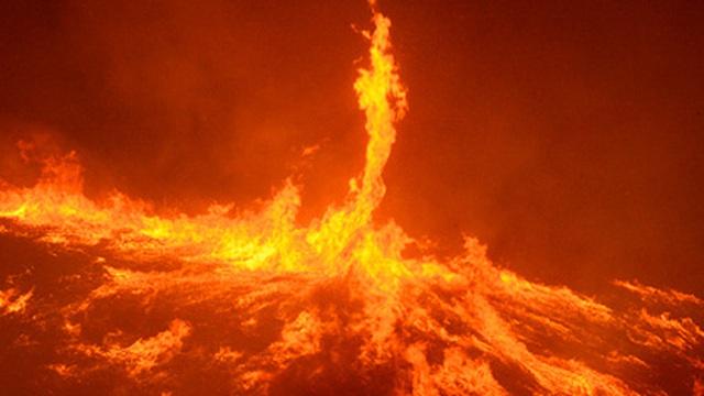 Cơn lốc lửa hiếm gặp bất ngờ xuất hiện từ cháy rừng ở California