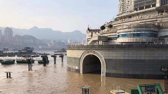 Thành phố nổi tiếng TQ chống chọi đợt lũ lịch sử, nhiều điểm du lịch nổi tiếng chìm trong biển nước, gấp rút sơ tán hơn 20.000 người