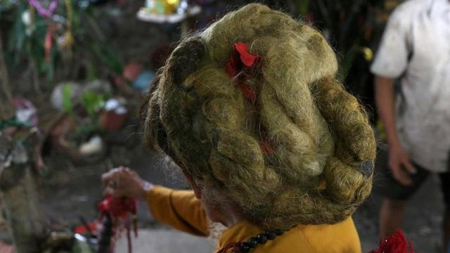 24h qua ảnh: Cụ ông Việt Nam nuôi tóc dài 5m suốt 70 năm