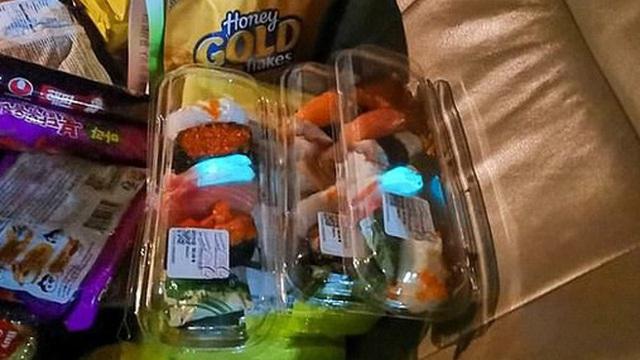 Miếng sushi phát ra ánh sáng xanh kỳ lạ trong bóng tối khiến 2 mẹ con rùng mình nhờ chuyên gia tìm hiểu nguyên nhân