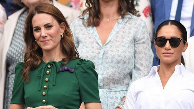 """Lần đầu ra mắt hoàng gia Anh, Meghan Markle đã """"ghim"""" trong lòng mối thù chỉ vì hành động bị cho là thiếu tinh tế của Công nương Kate"""
