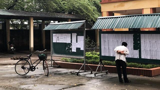 Người cha già đạp xe đến trường xem điểm cho con, cách ông cầm điện thoại chụp ảnh gây xúc động