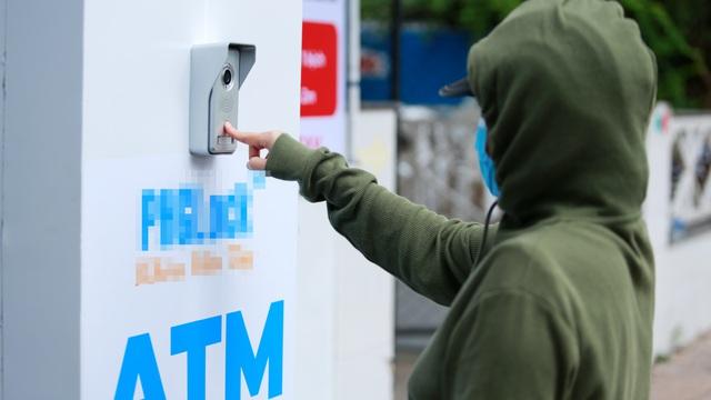 """Cận cảnh cây """"ATM khẩu trang"""" phát miễn phí cho người nghèo ở Sài Gòn"""