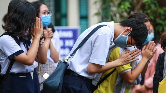 [Ảnh] Sĩ tử ngày làm thủ tục thi tốt nghiệp THPT: Chắp tay trước tượng Lê Quý Đôn để cầu may