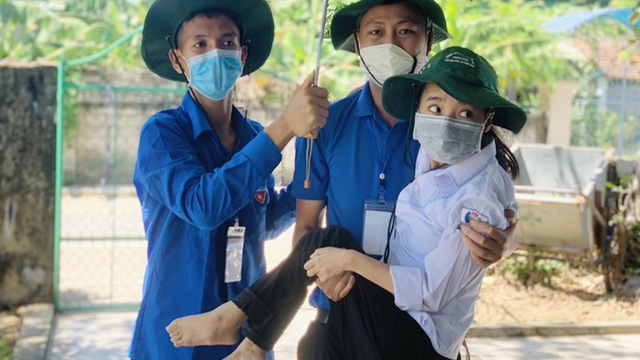 Cảm động hình ảnh thanh niên tình nguyện cõng nữ sinh tật nguyền vào thi THPT