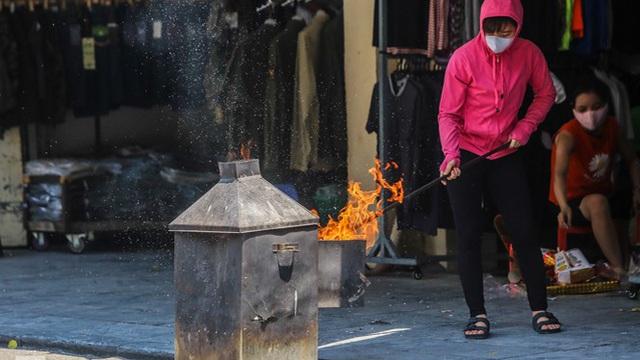 Vỉa hè, lòng đường Thủ đô 'đỏ lửa' cúng rằm tháng 7
