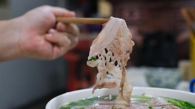 Quán phở sáng của ông chủ kỹ tính bậc nhất phố cổ Hà Nội: Dao thái thịt đố ai được động vào, vợ bán chung gần 30 năm vẫn không được đứng bếp!