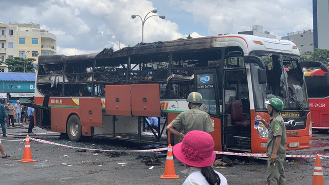 Xe khách Hưng Thịnh Gia Lai bốc cháy dữ dội trong bến xe Miền Đồng