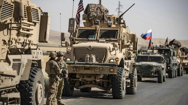 """Liên tiếp đột kích xe quân sự Mỹ, Nga gửi thông điệp rắn: """"Bỏ dầu lại và rời Syria"""""""
