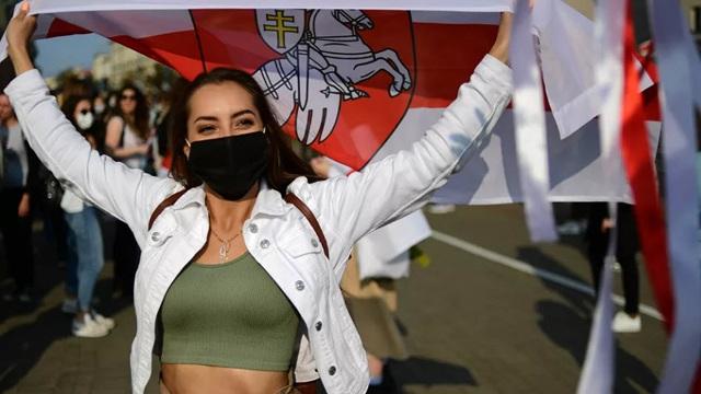 7 ngày qua ảnh: Cô gái tham gia biểu tình ở thủ đô của Belarus