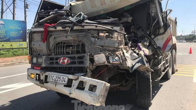 Đầu xe ben bẹp dúm sau tai nạn, tài xế mắc kẹt trong cabin