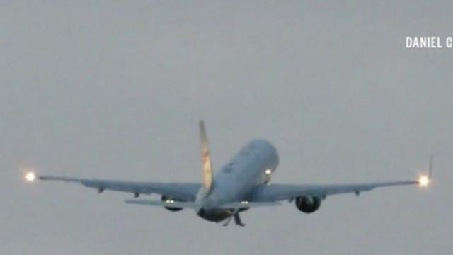 Video: Không lực Hai chở Phó Tổng thống Mỹ đâm phải chim, tóe lửa phải hạ cánh khẩn