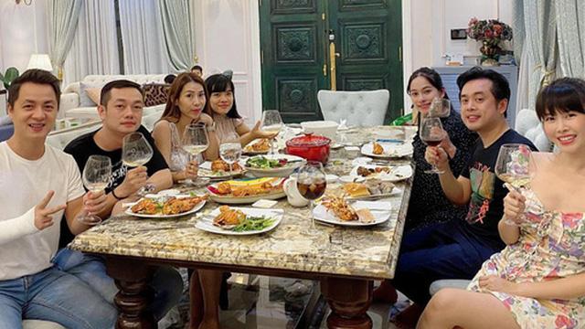 """Dương Khắc Linh - Sara Lưu tụ họp tại biệt thự triệu đô của vợ chồng Đăng Khôi, sáng nhất nhan sắc """"gái 2 con"""" Thuỷ Anh"""