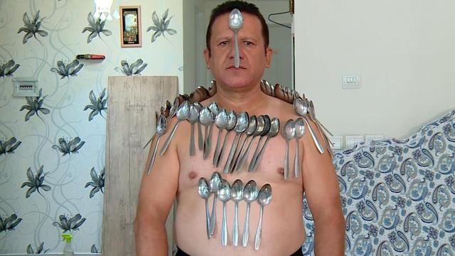 Dị nhân kỳ lạ: Người đàn ông có khả năng phi thường, hút bất kỳ vật thể nào chạm vào da