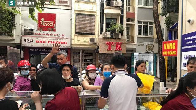 Khách Hà Nội xếp hàng tới tiệm bánh Trung Thu của ông chủ 91 tuổi để lấy không khí