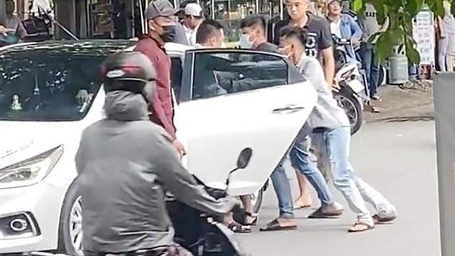 """Nhóm thanh niên """"bắt cóc"""" người giữa đường, đập phá ô tô ở Sài Gòn bị bắt"""