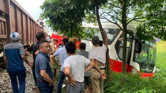 Vụ tàu hoả va chạm xe 45 chỗ đưa đón học sinh: Người dân nhắc sắp có tàu, tài xế vẫn đi qua