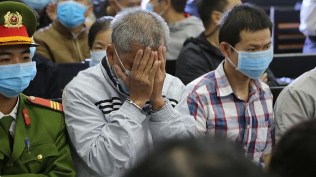 Đại gia xăng dầu Trịnh Sướng lấy tay che mặt trước ống kính của phóng viên tại tòa