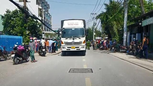 Va chạm với xe tải, học sinh cấp 1 tử vong thương tâm trên đường đi học về ở Sài Gòn