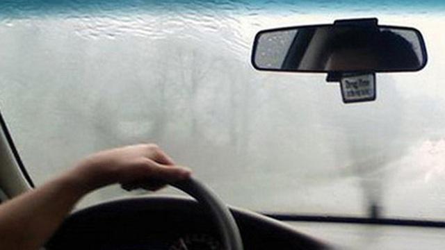Mẹo ngăn hiện tượng kính lái bị hấp hơi nước vào mùa lạnh