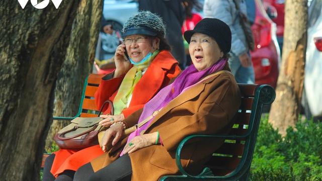 """Trời ấm lên, người Hà Nội tranh thủ """"sưởi nắng"""" bên hồ Hoàn Kiếm"""