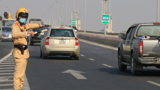 Đề xuất cắm cọc cao su ngăn chặn phương tiện quay đầu trên cầu Thăng Long