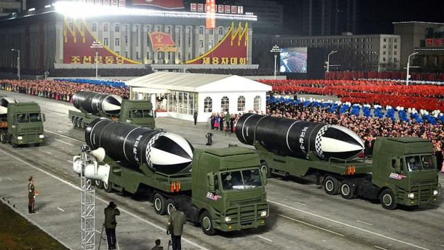 """Triều Tiên khoe """"vũ khí mạnh nhất thế giới"""" trong lễ duyệt binh kín tiếng"""