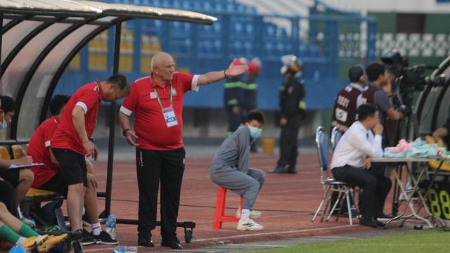 HLV từng vô địch châu Âu tiết lộ sự lo lắng sau trận thua đầu tiên tại V.League