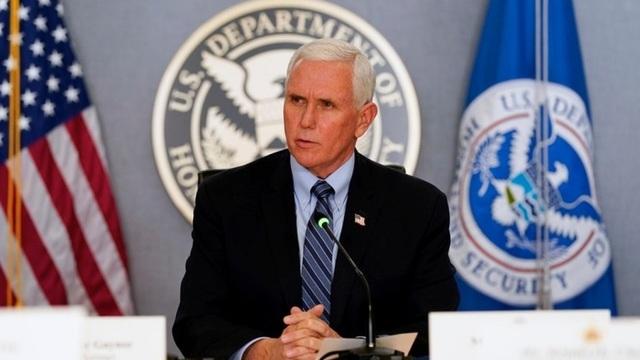 Đằng sau cái bắt tay lặng lẽ giữa Mike Pence và Joe Biden