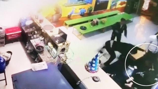 Điều tra vụ người phụ nữ bị 2 thanh niên dùng gậy đánh tới tấp