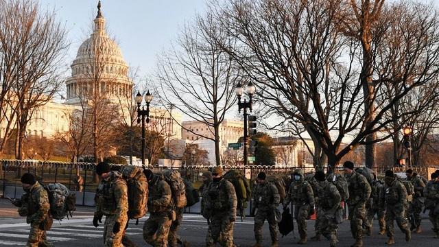 """Nghị sĩ Dân chủ mặc """"áo giáp"""" đến lễ nhậm chức của TT Biden: 25.000 Vệ binh Quốc gia vẫn là chưa đủ?"""